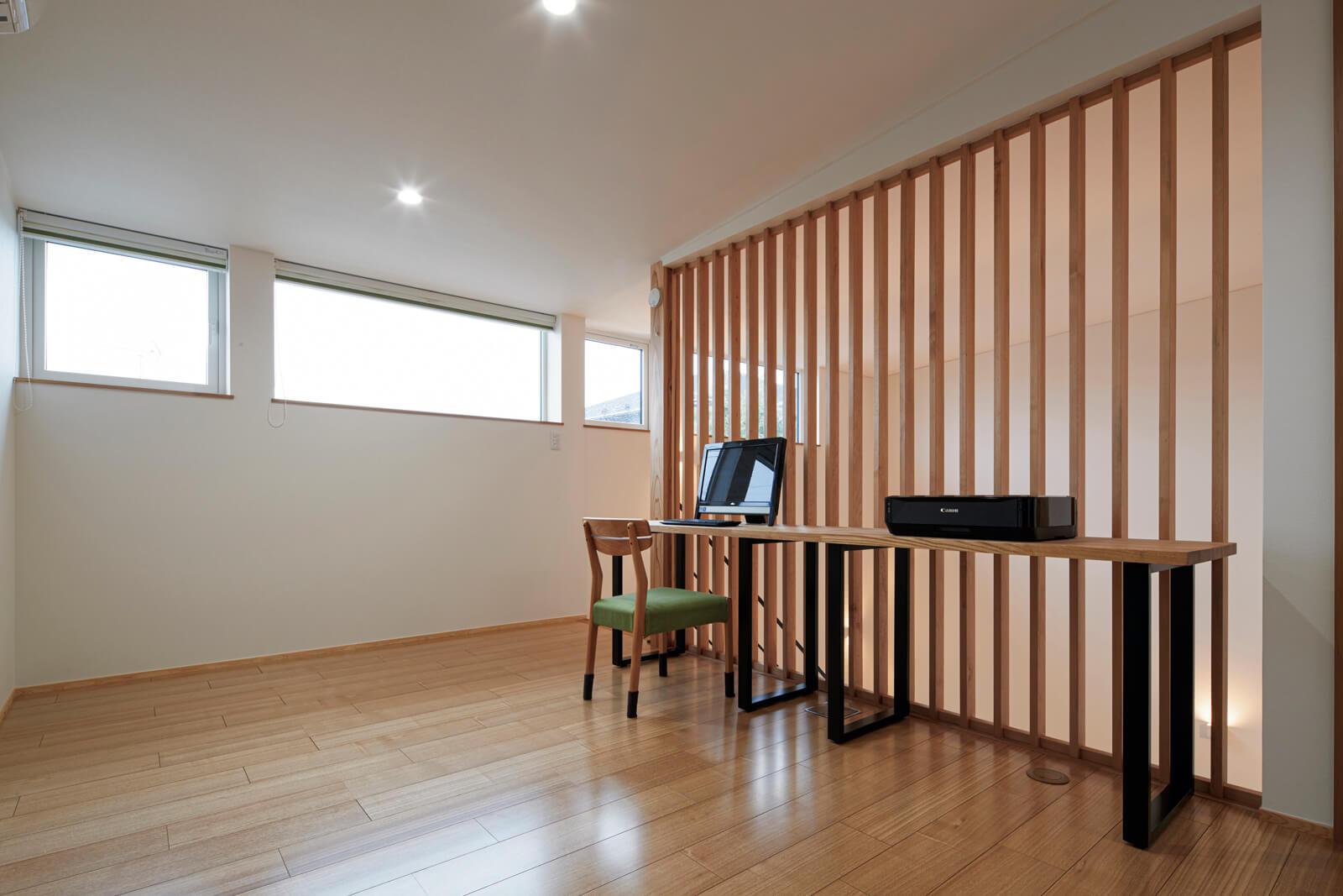 カウンターが造作された2階ホール。エアコンの冷風が1階に下りていくようルーバーの仕切りを採用