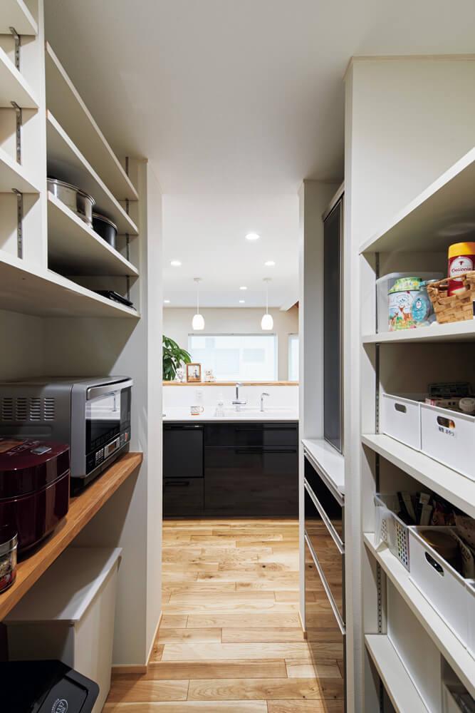 キッチンの背面に備えられたパントリー。収納力抜群なのでキッチンまわりはいつもスッキリ