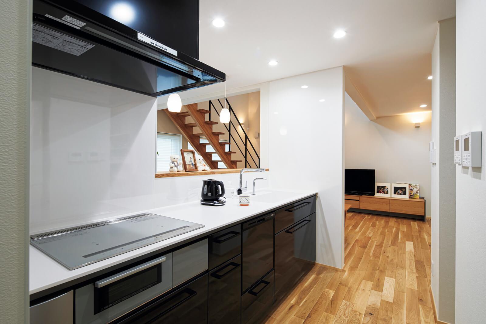 キッチンは玄関ホールとつながっていて、リビングを通らずともアクセスできるので便利