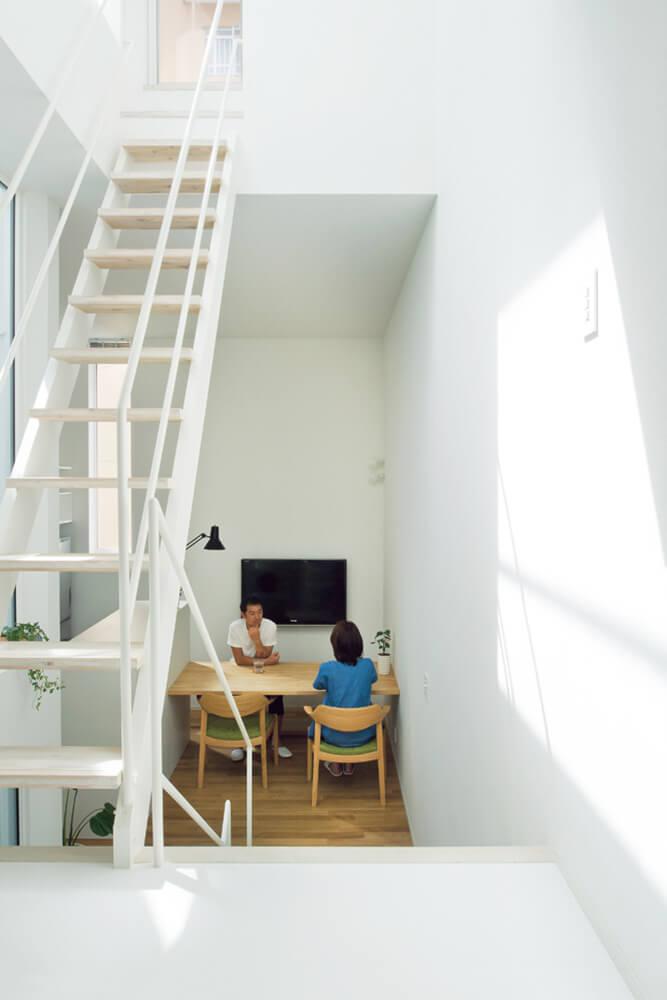 3階予備室から半階分下がったダイニングは天井高が3.6mと、6つあるフロアの中で最も開放的で居心地のよいスペース