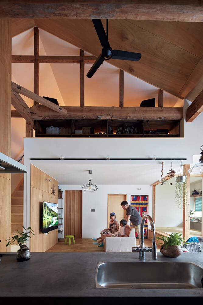 キッチンからの眺め。「天井が高くて居心地の良いLDKに」という理想どおりの空間が実現した。現しの梁がこの家の歴史を物語る