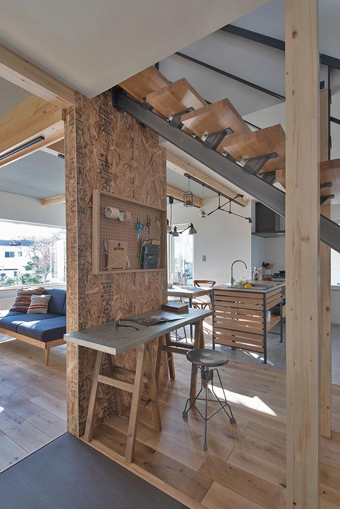 構造上残された耐力壁に向けてテーブルを置き、ワークスペースに