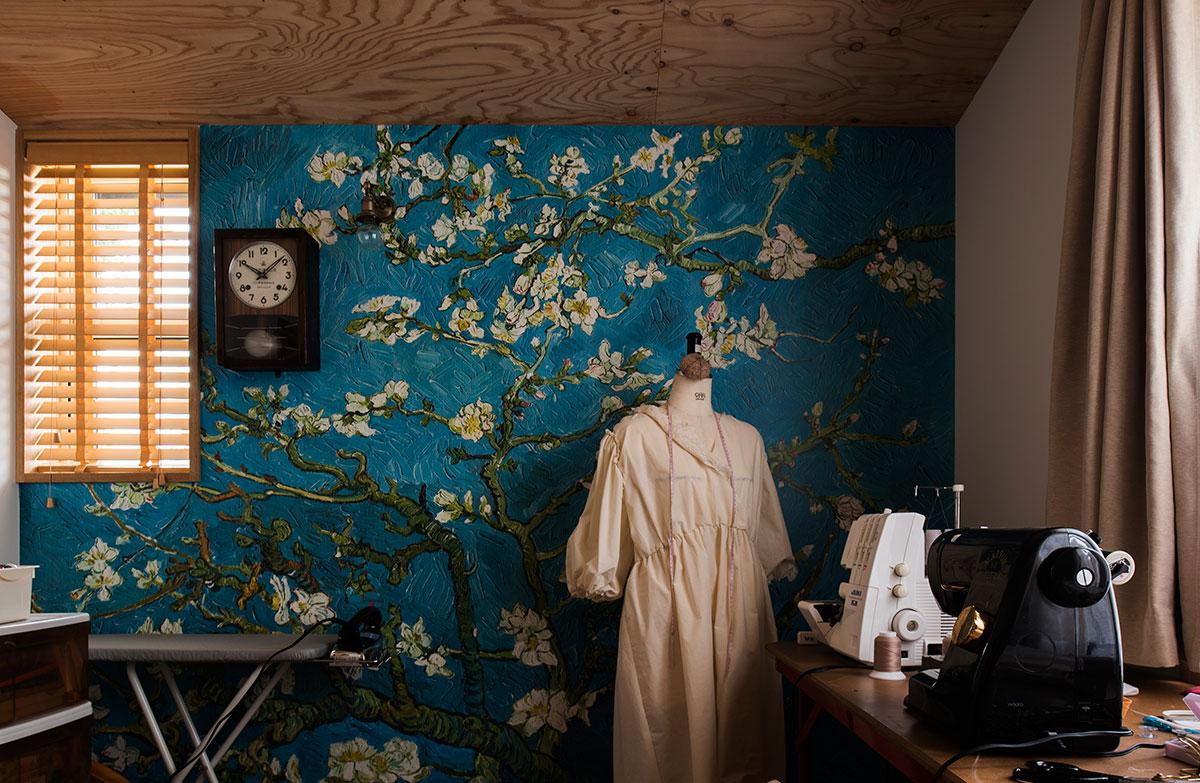 ゴッホの絵をデザインのモチーフにした壁紙をアクセントウォールに