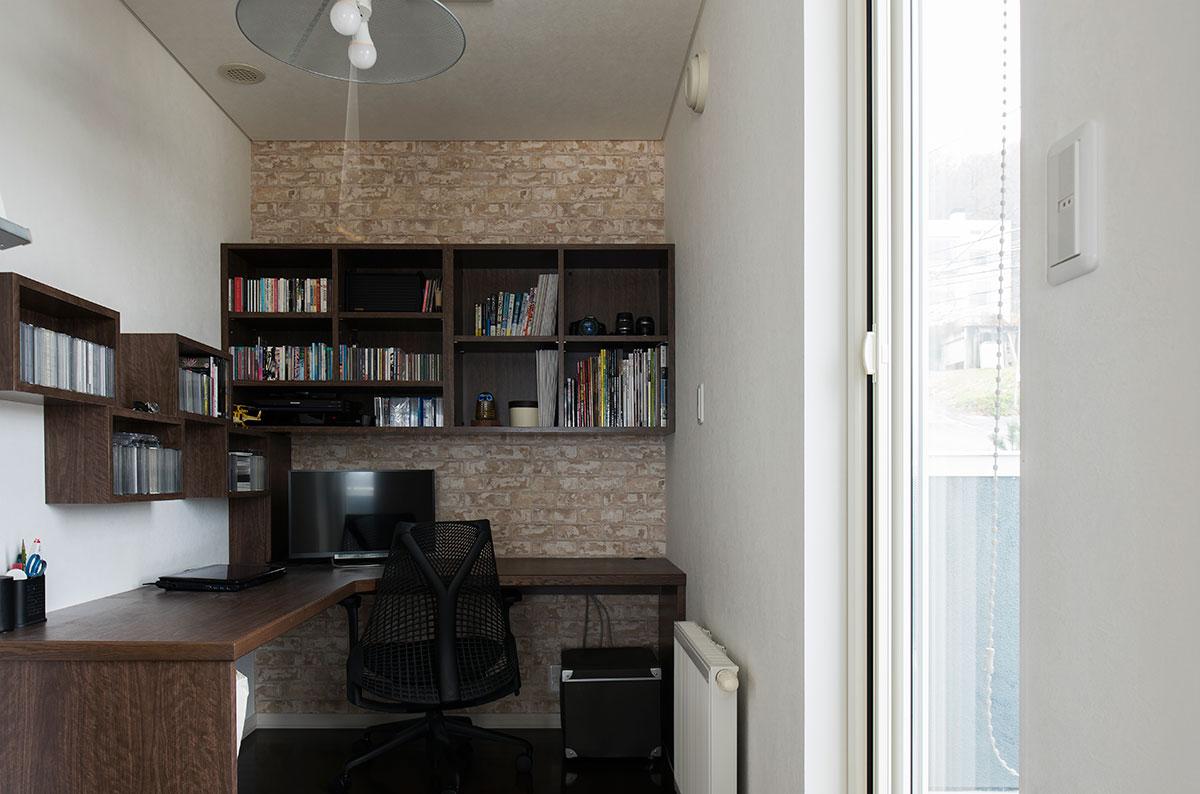 デスクが広くて棚もある、こんな書斎があれば理想的