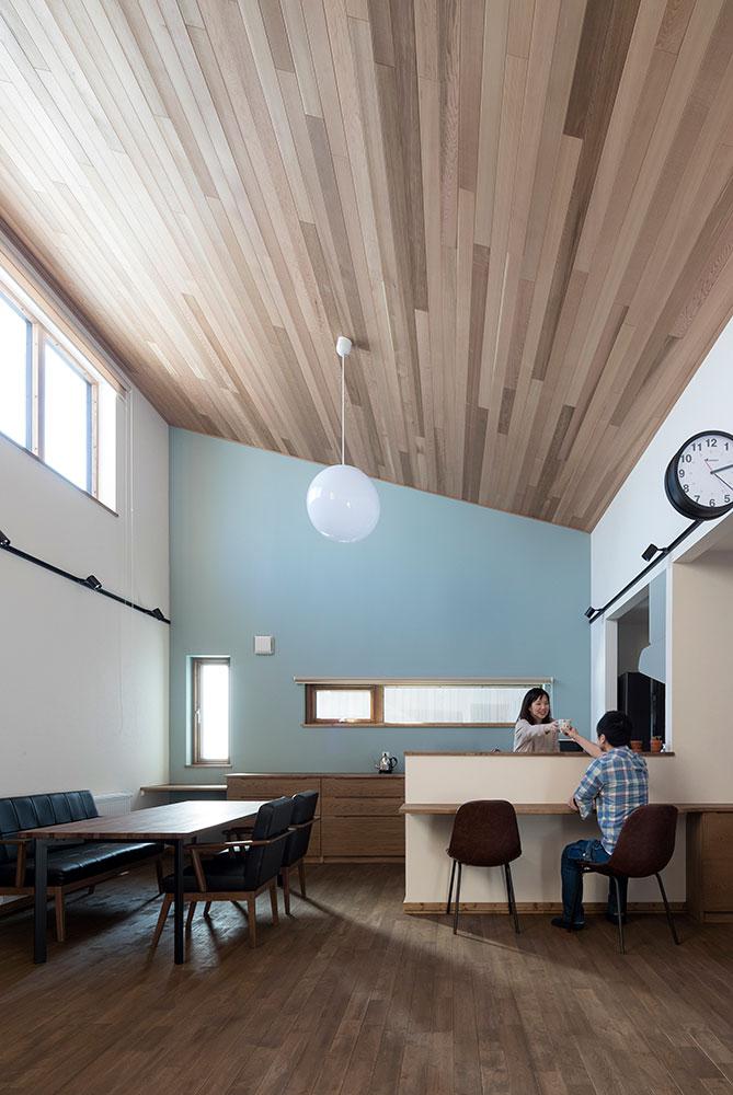 壁紙の色や質感は10時から14時の自然光で、正面・左右さまざまな角度から見え方を確認するのがポイント
