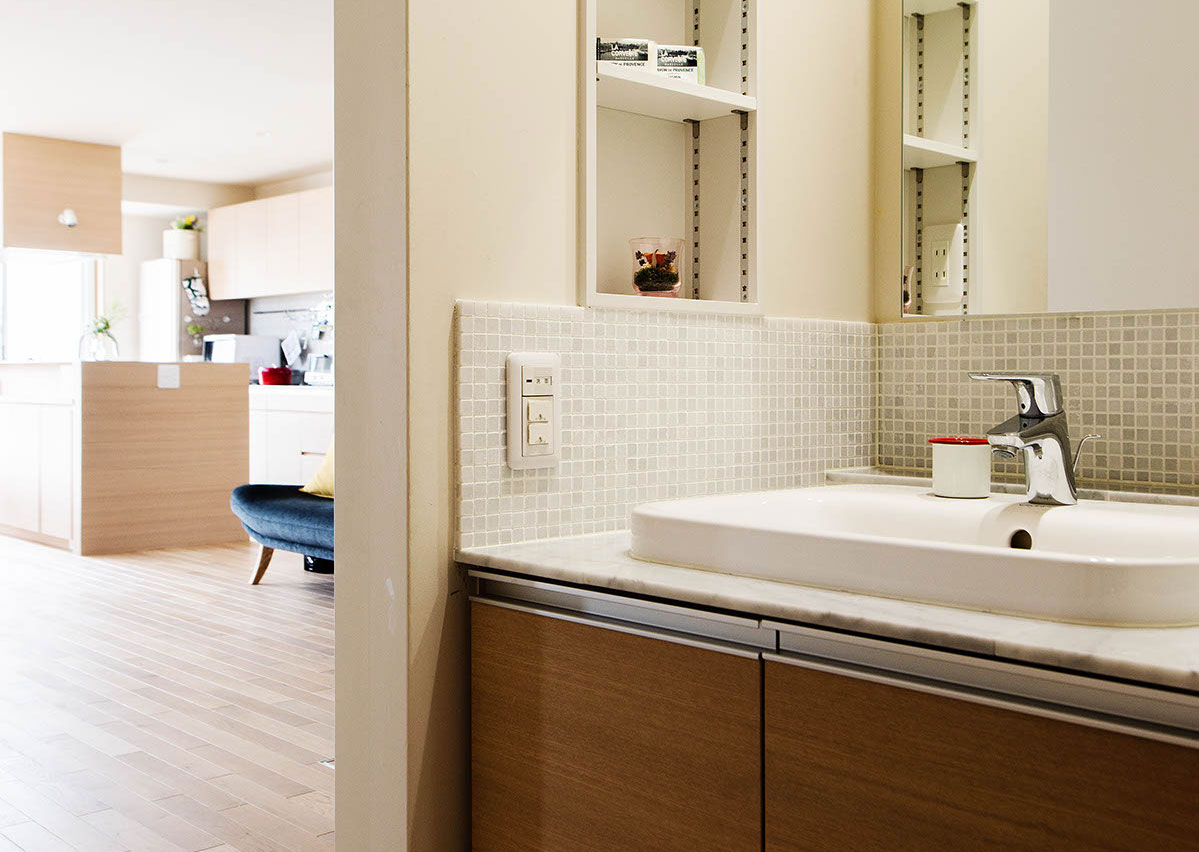 帰ってすぐに手洗いできるよう、リビングの手前につくられた造作の洗面台