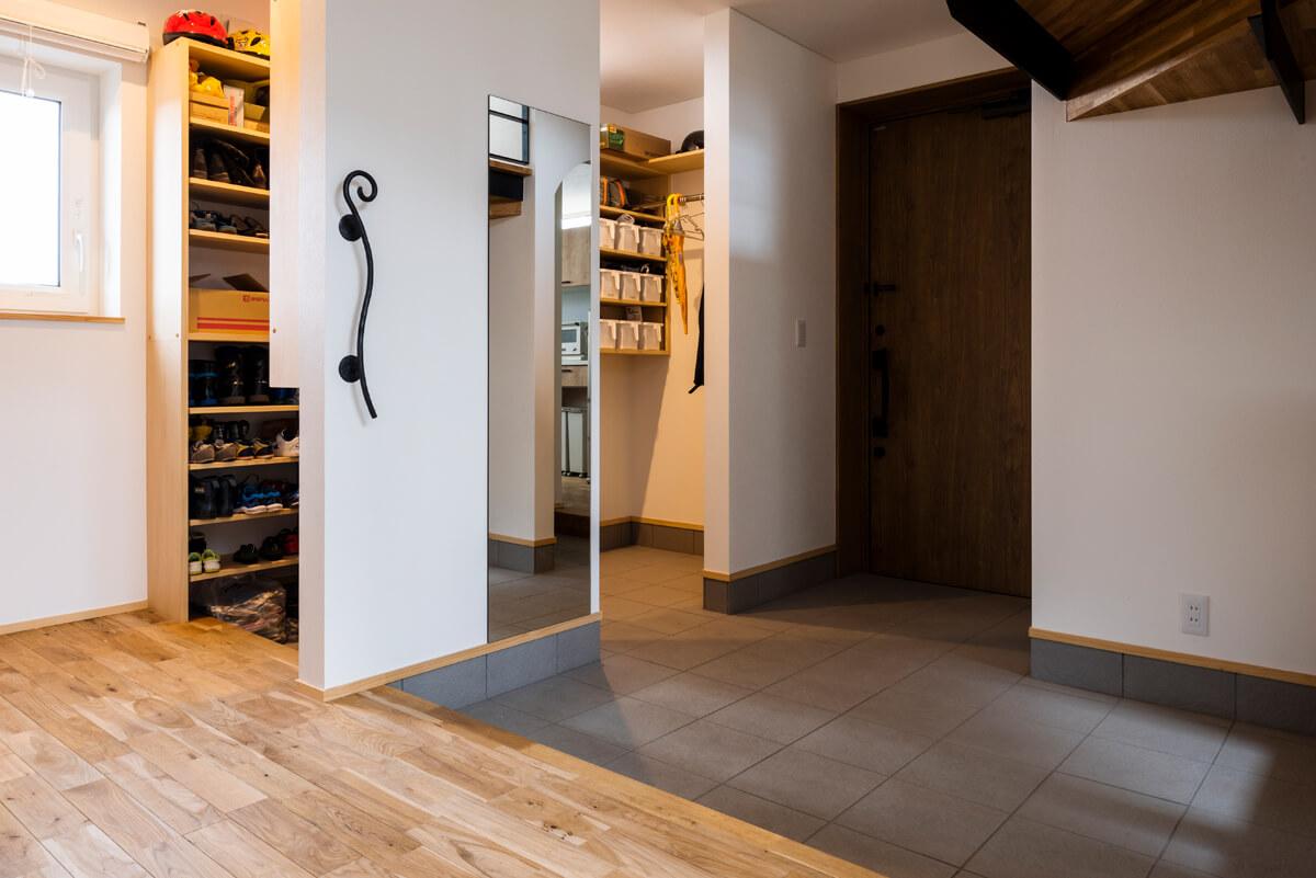 土間が広く、家族5人分の靴などをすっきり収納できるシューズクロークを併設した玄関。コートを掛けられるスペースもある