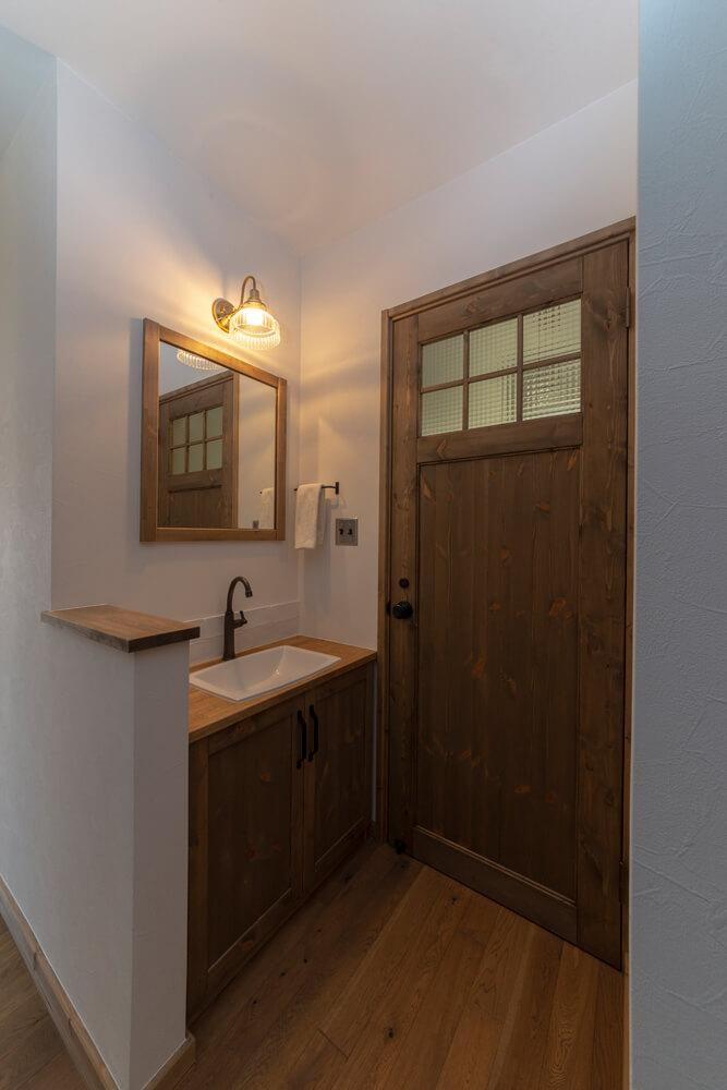 玄関から見える位置に造作したトイレの手洗いスペースは、大人可愛い雰囲気に