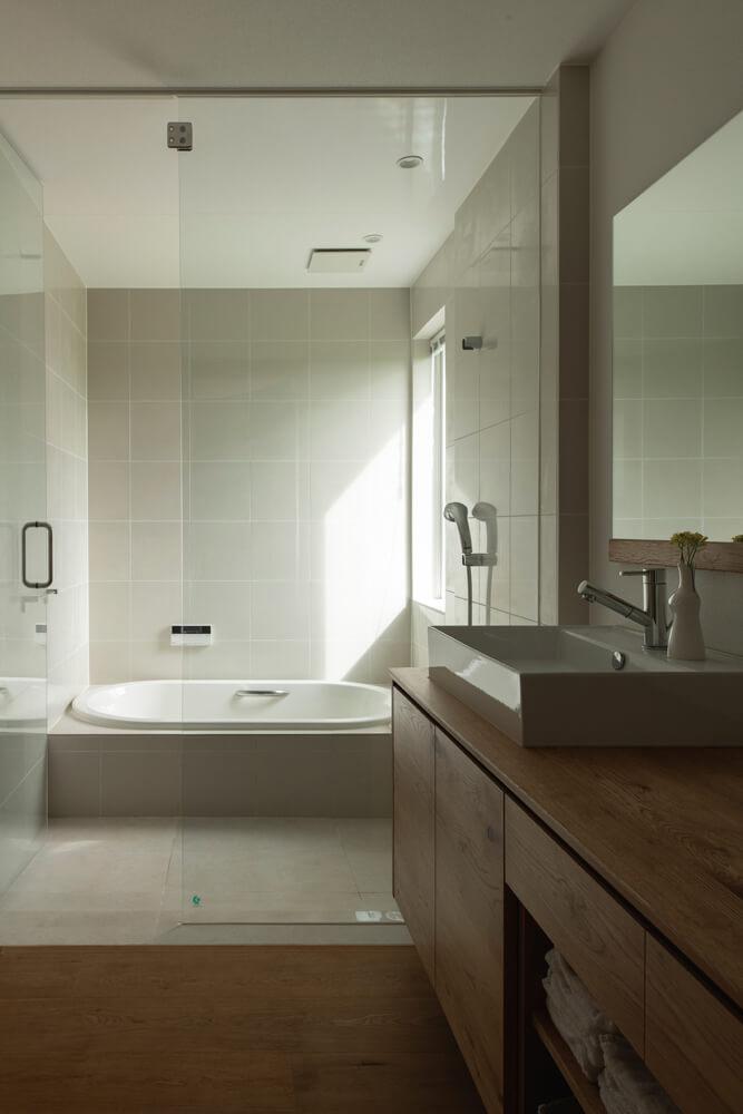その左手に、主寝室の隣に配した洗面化粧台と浴室がある