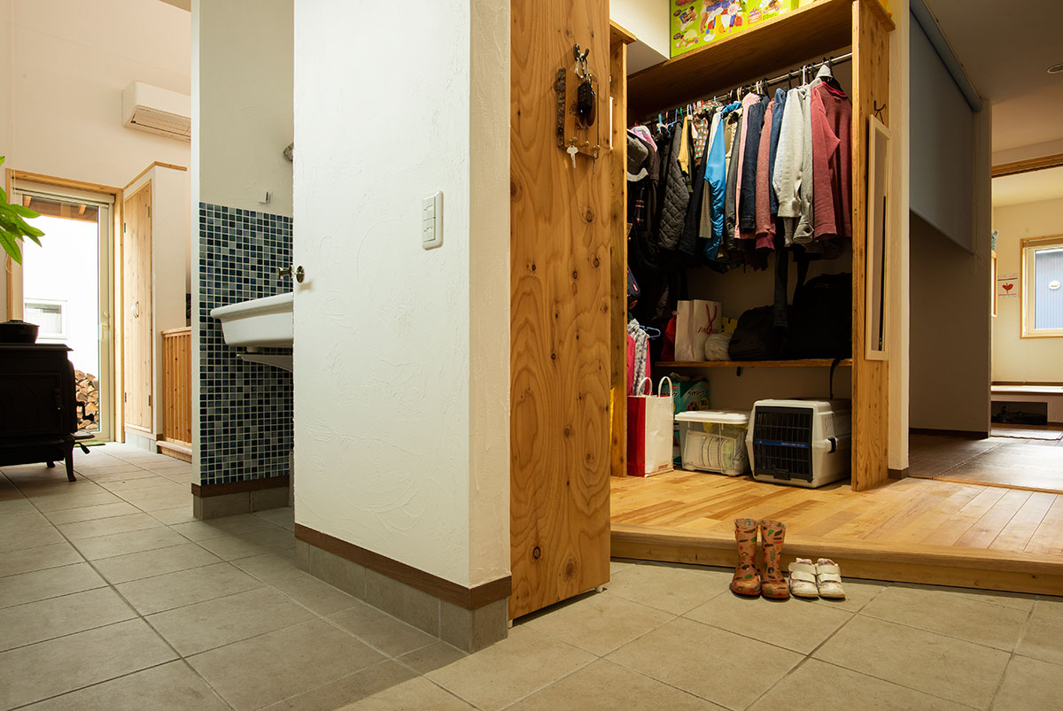土間側に設けた洗面台は、より多目的に使えて便利