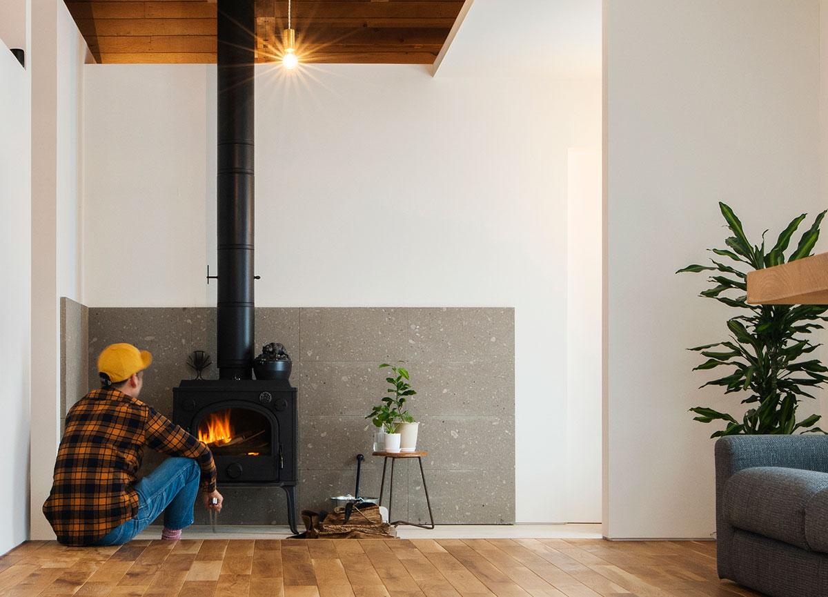 淡いグレー色の「札幌軟石」は、シンプル・ナチュラルなインテリアデザインのなかで、心地よいアクセントに。コンクリート土間や白い壁と相性がよく、北海道の家づくりでは好んで使われる石材