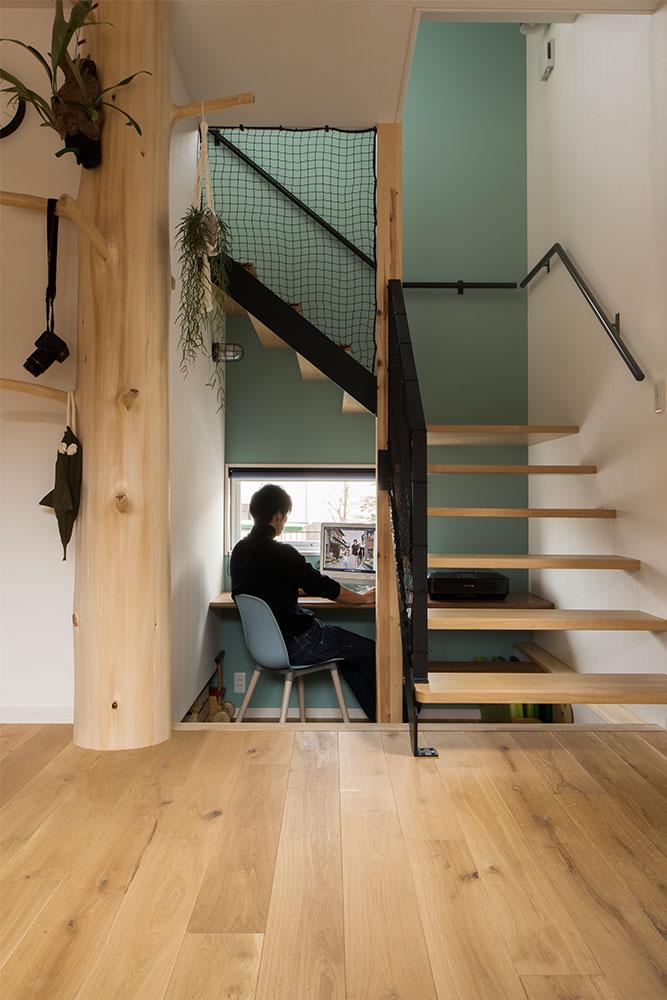 床高を下げて、回り階段の下をワークスペースに。カウンターは造作。適度なこもり感がある