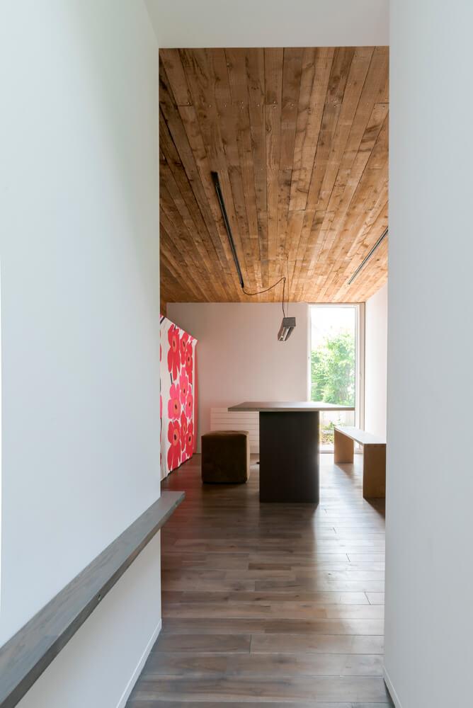 増築した2階建ての1階は、今は打ち合わせスペースとして使用。職住の切り変えを意識して仕上げた白い内壁は、温かみのある居住空間と趣を異にする