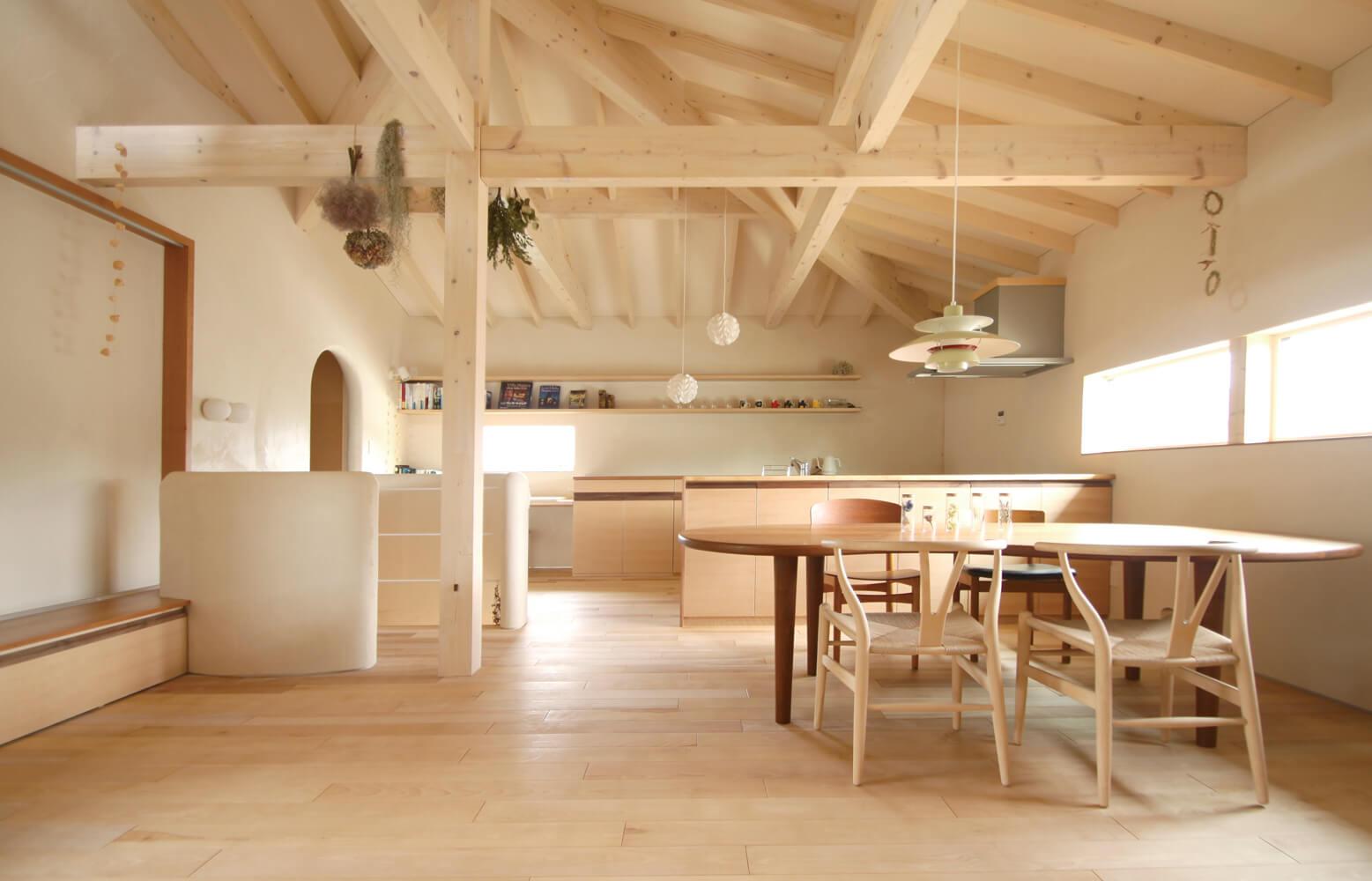 梁や大黒柱など、職人の丁寧な仕事がうかがえる2階LDKは、自然素材の心地よさが伝わってくる。床はカバの無垢材を使用