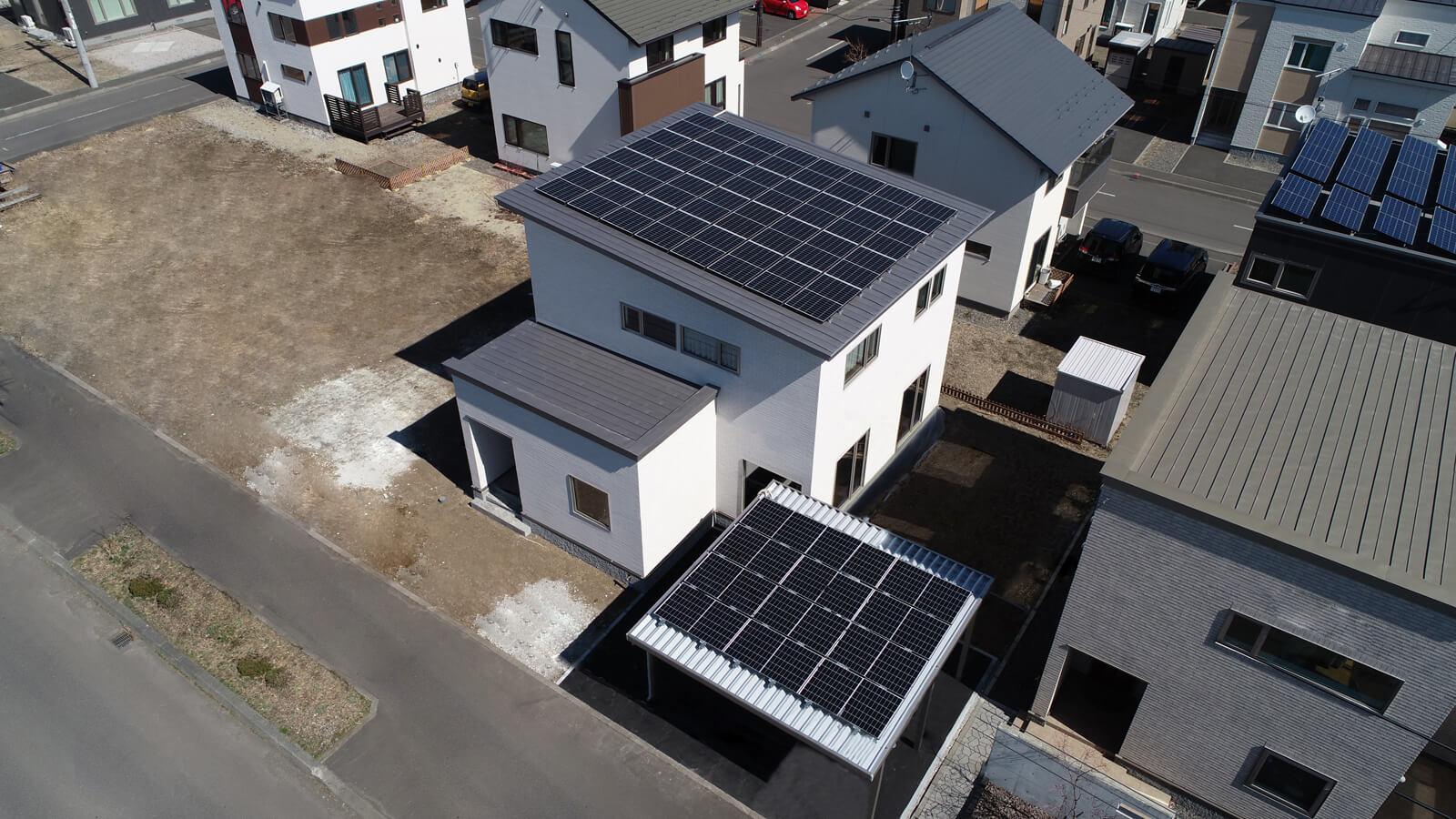 屋根とカーポートを合わせて44枚、およそ15kWの太陽光発電パネルが搭載されている