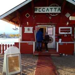 海辺の小さなカフェレガッタで楽しむ。フィンランドの明るい夜