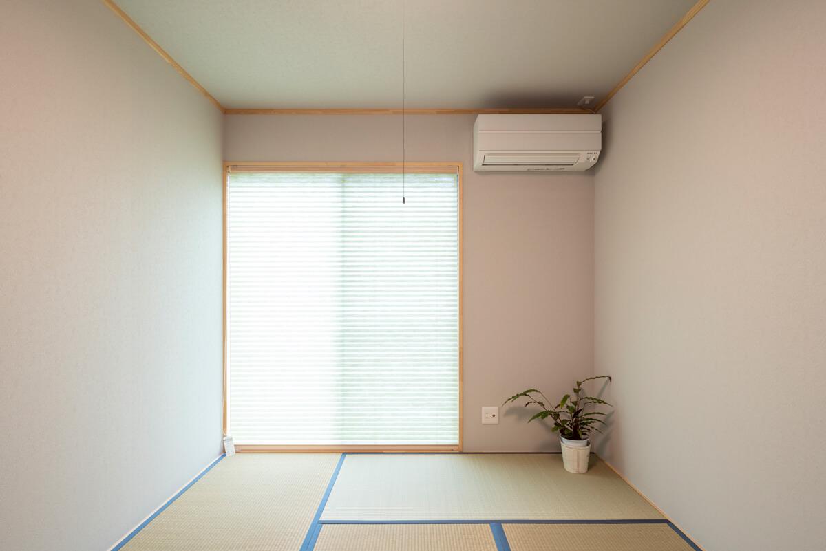 玄関を挟んでLDKの向かい側に配した和室は、畳が心地よく香る。壁と天井は、やさしい色合いで仕上げた