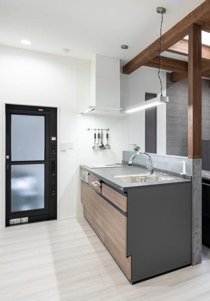 通路にゆとりがあって、使いやすいキッチン。勝手口の外はビルトインガレージで、アクセスもスムーズ