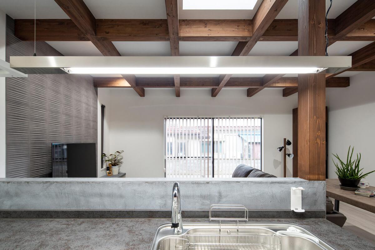 ブラウン、グレー、白の3色に、構造材や壁、キッチンのテクスチャーが心地よく調和している