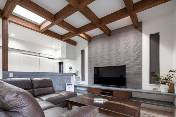 遠距離で家づくり。直線的なデザインと素材感が調和する平屋