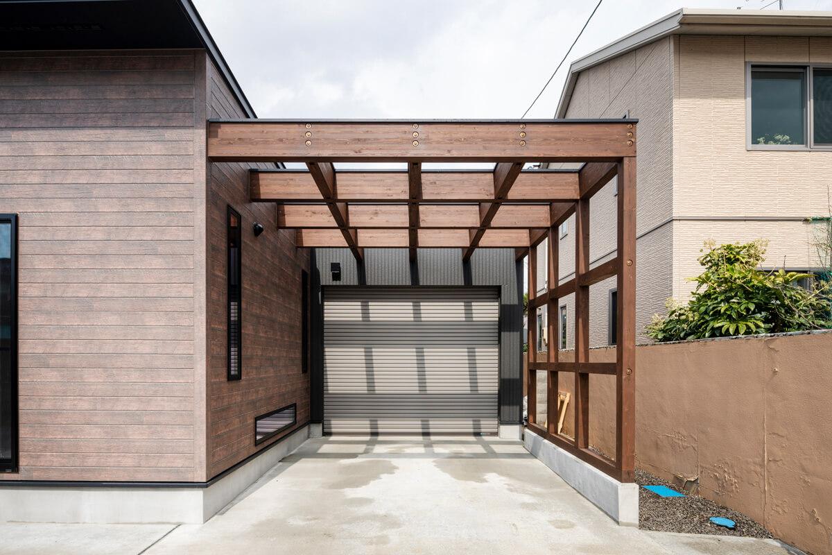 Tさんお気に入りのビルトインガレージ。パーゴラのような構造材を現しにしたデザインが特徴的