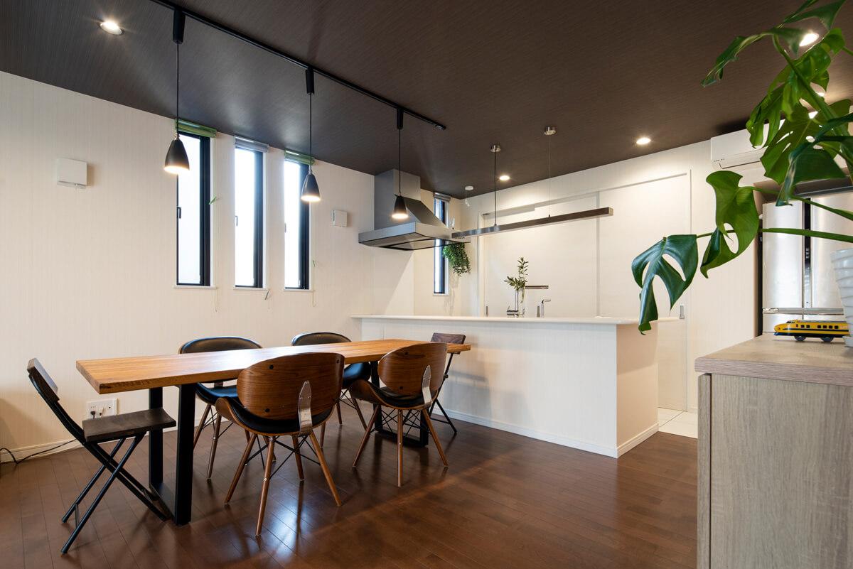 白で統一した対面キッチンは奥さんが希望した引き戸付きの背面収納ですっきりと見せられる
