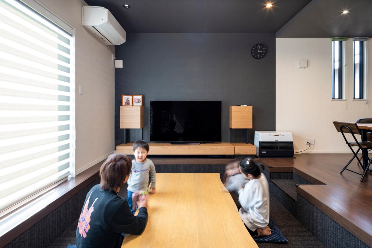ピットリビングには、南面の窓から明るい光が射し込む。壁・天井の色をダイニング・キッチンと違えて、空間に変化を