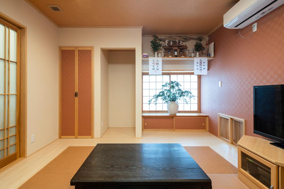 和室は、畳やアクセントクロスを暖色系でコーディネート。柔和な温もりが感じられる