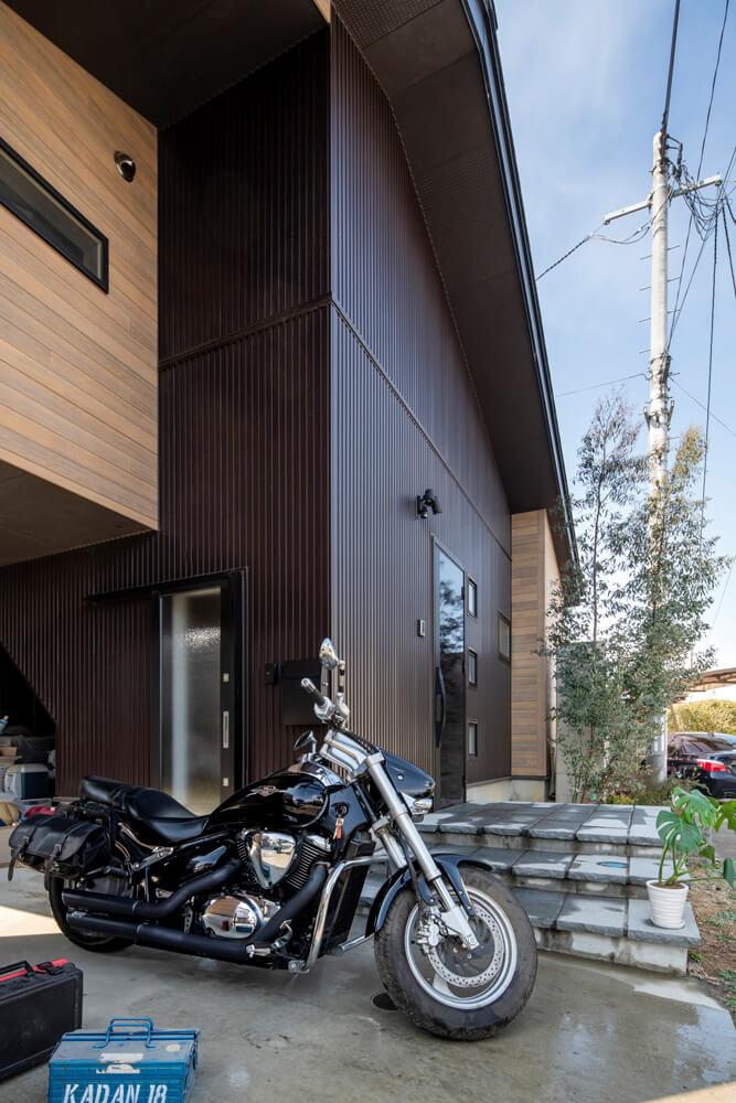 コンクリート土間のインナーガレージは、愛車のメンテナンスもしやすい。ガレージに設けた勝手口は玄関につながっていて、階段からそのままロフトに上がれる設計