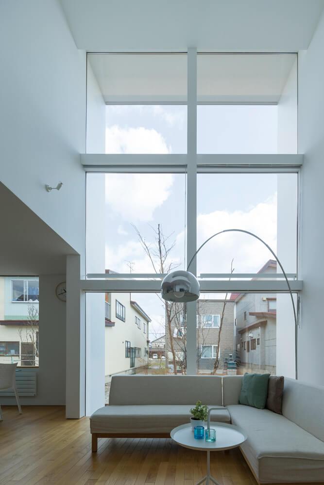 性能の高さがあってこそ可能な大連窓と吹き抜け。周辺環境を考慮し、あえて南側を閉じてこの位置にLDKを計画した