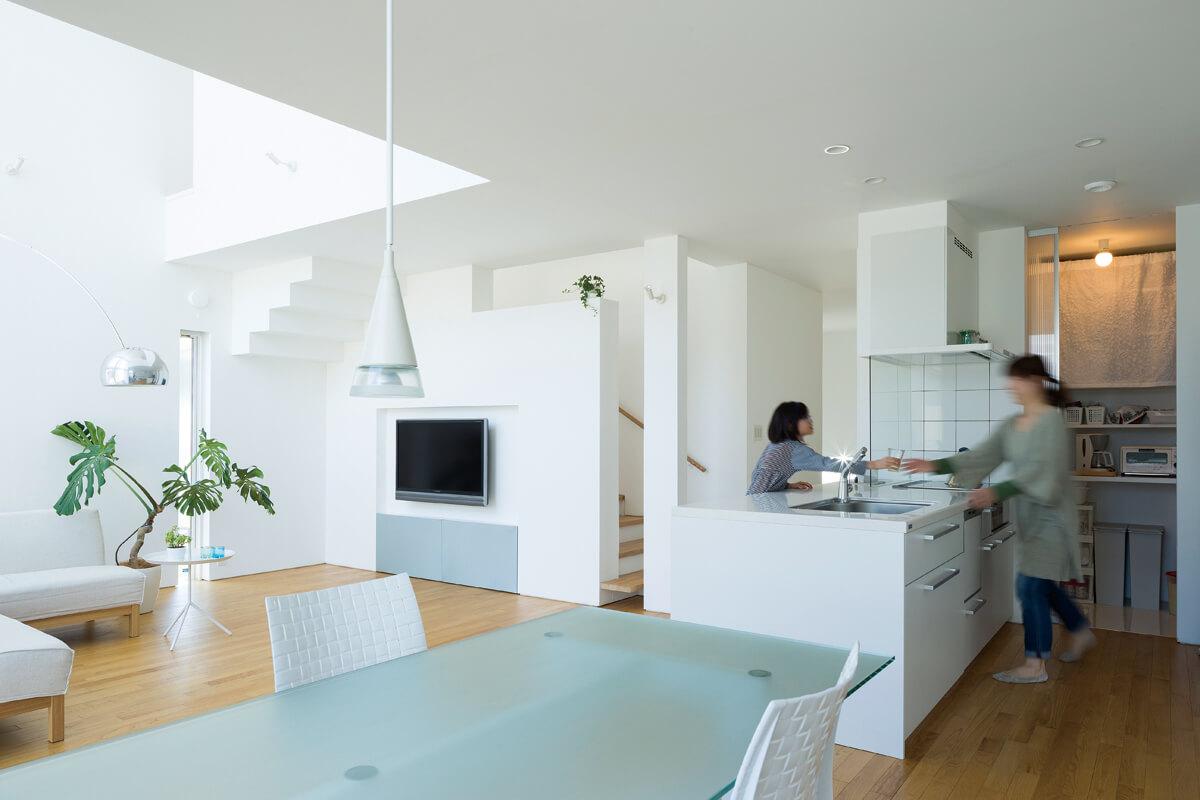 LDKを中心に玄関、階段、2階ホールと、それぞれのスペースがほどよくつながっている。キッチンの奥にはホールから直接出入りできる食品庫も