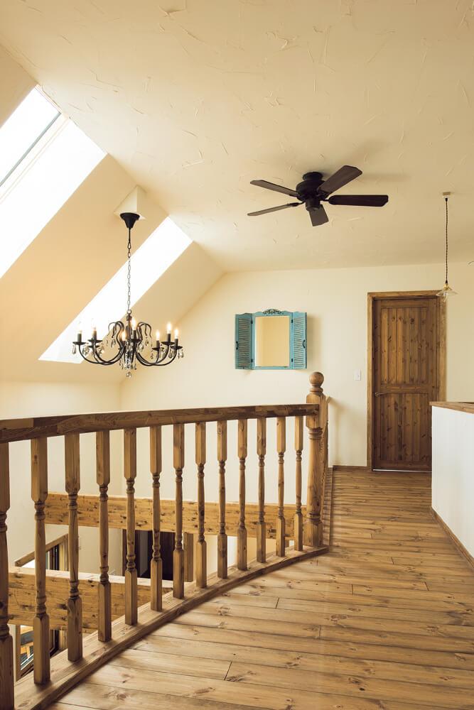 2階にはアールを描く階段ホールを挟んで、将来の子ども室をレイアウト。小屋裏を利用した大容量のクローゼットも備えられている