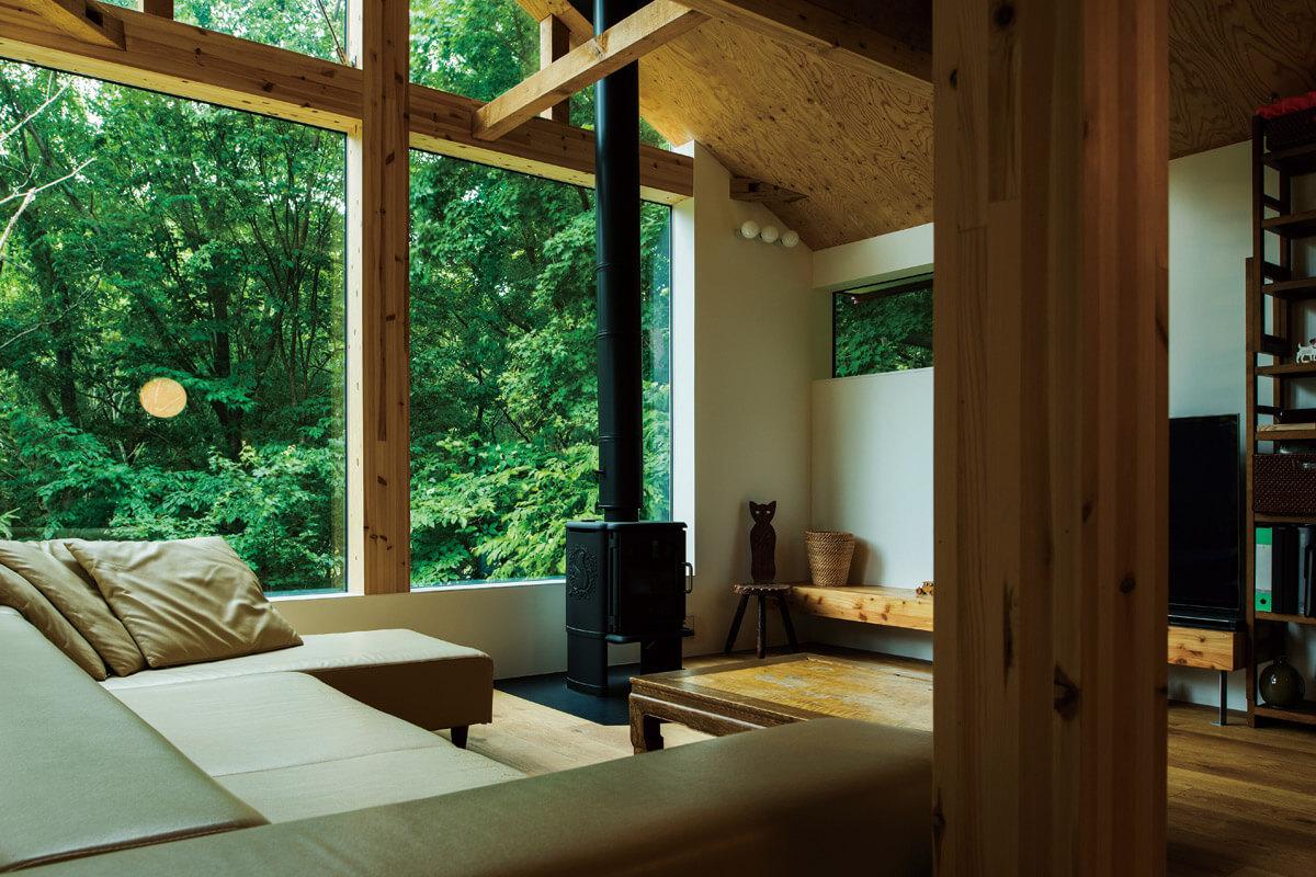 一面を窓にして森の風景を切り取るピクチャーウィンドウに