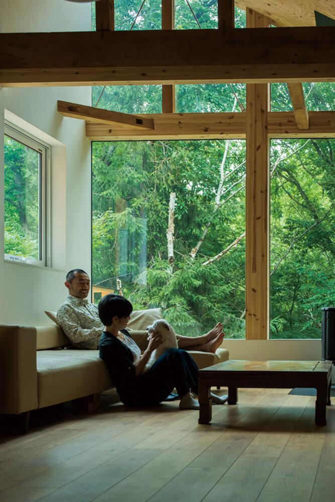 窓際のソファが夫婦お気に入りの場所。何時間でも過ごせる