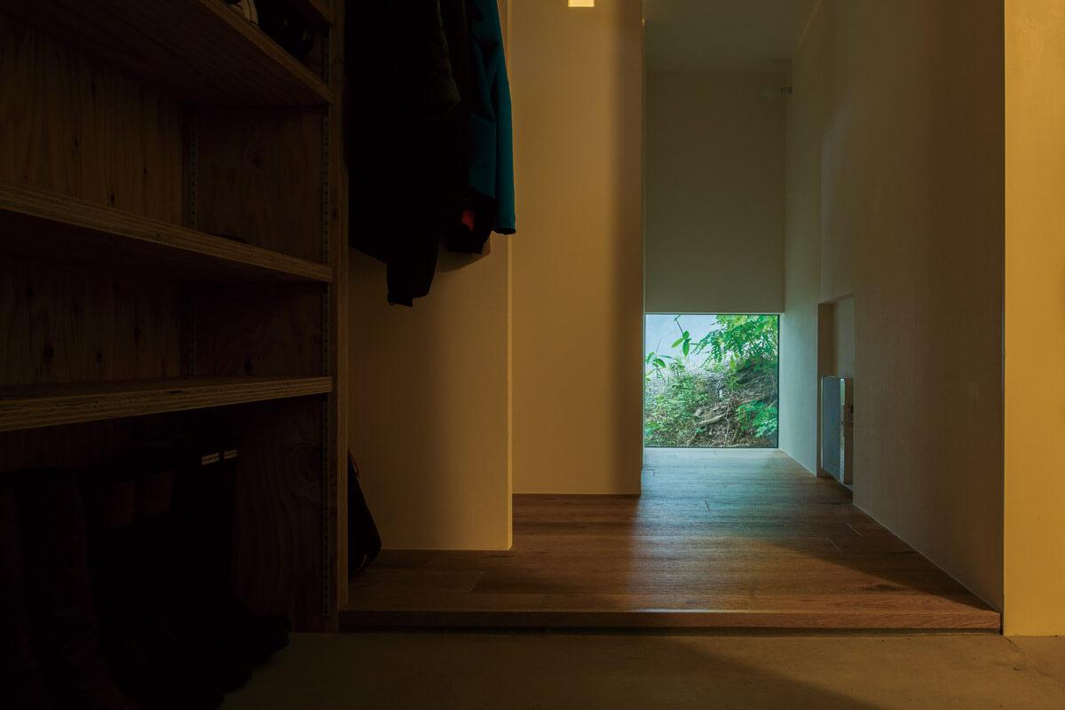 廊下の突き当たりにも、緑が見える雪見窓のような小窓