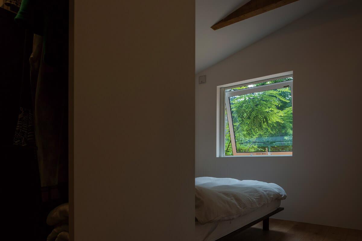 リビングはもちろん、寝室の窓にもカーテンは不要