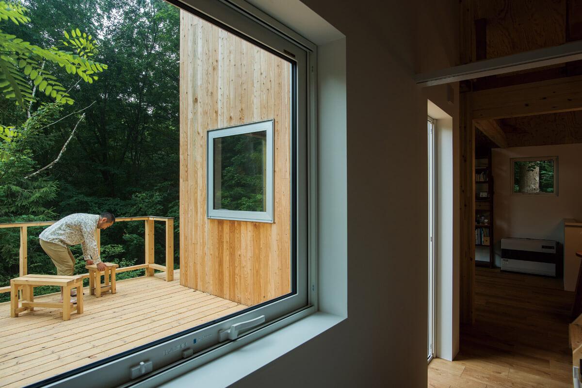 広いウッドデッキは森のテラス。外壁も自然に溶け込む木張り