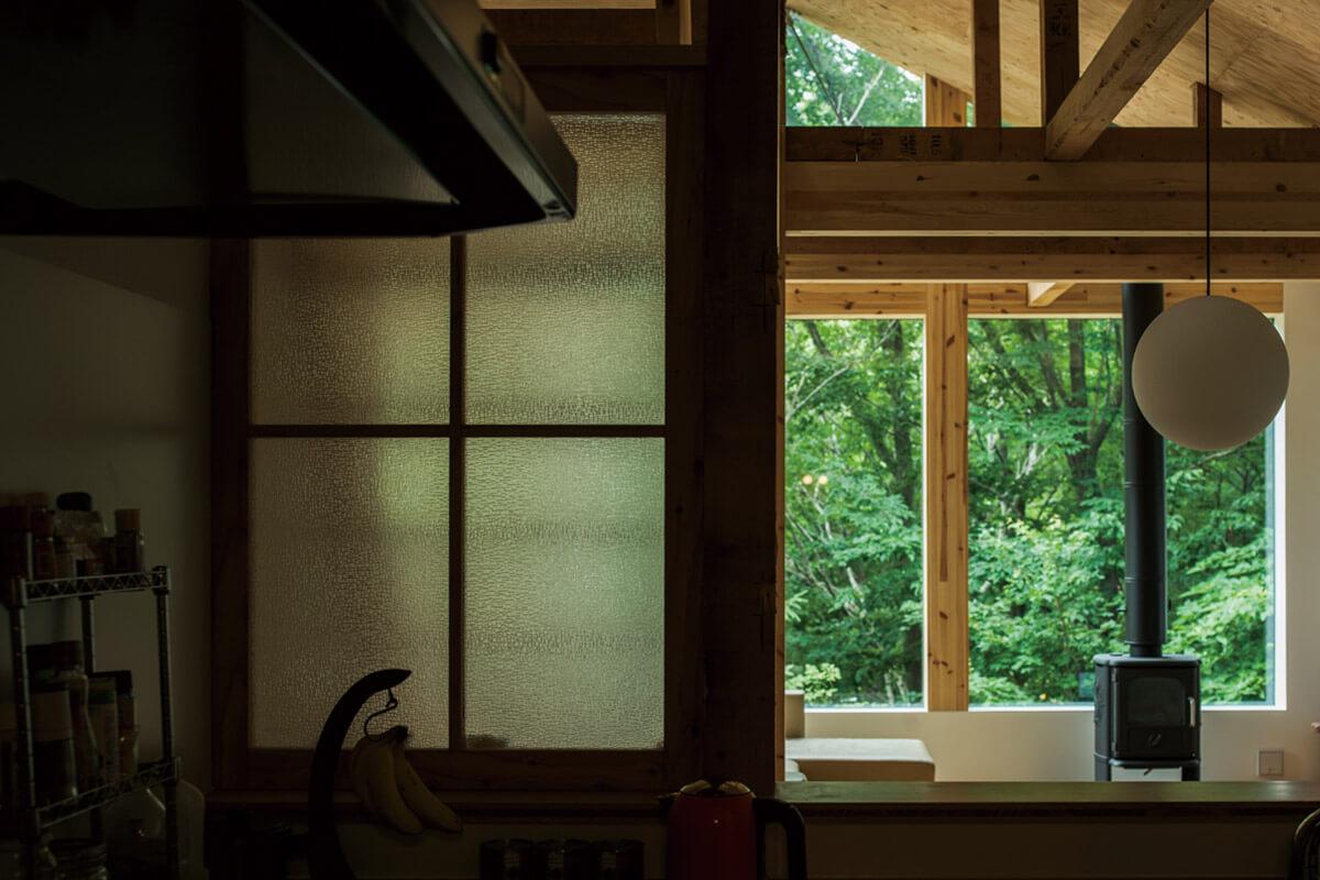 キッチンの仕切り壁にはもともとあった建て具の古い磨りガラスを再利用