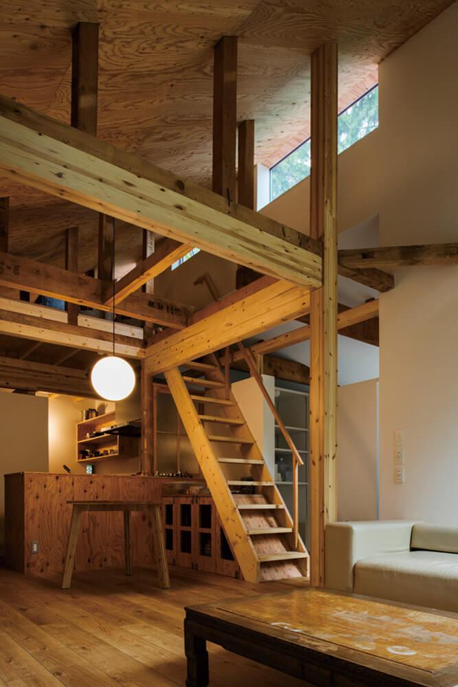 階段下のスペースには小割りにされた4つのゲージを設置。 4匹の愛犬の心地よい居場所になった