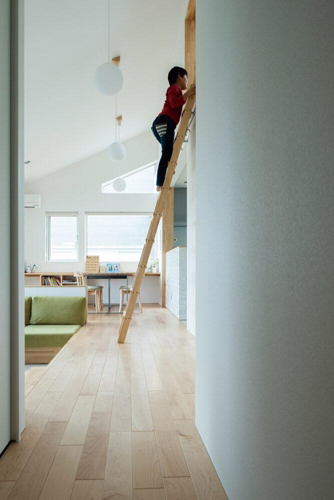 息子さんお気に入りのロフトスペースへと続くはしご。引っ越してきた当初は少し怖がっていたものの今や自在に登り降りができるように