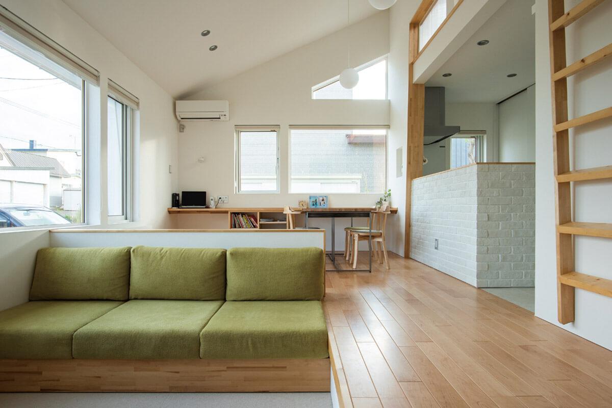 LDKは白と木を基調にしたシンプルなデザインに。ロフトスペースの窓からも柔らかな光が注がれる