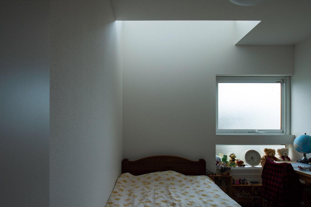 光が入りにくい北側に窓がある子ども部屋は、吹き抜けにすることで明るさを確保。「工事が始まっていた段階で、城岡さんが提案してくれたんです。大正解でした」とSさん