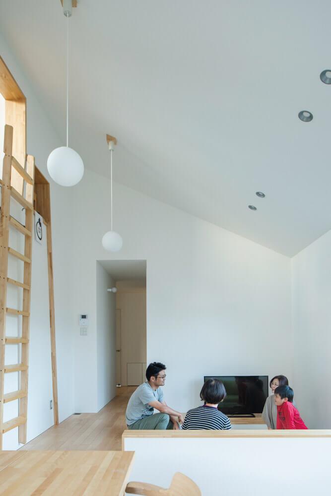 平屋ながらも、ロフトのある高い天井は空間に開放感をもたらす