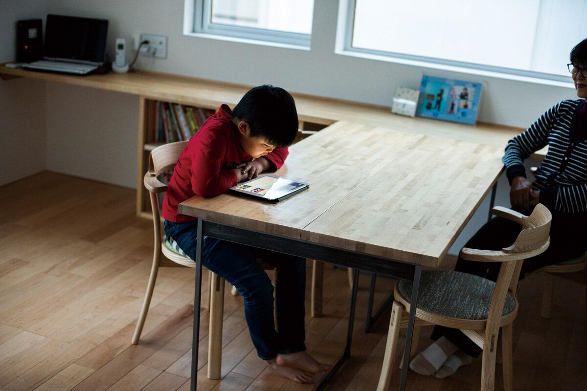 造作のダイニングテーブルは、家族の作業台になることも