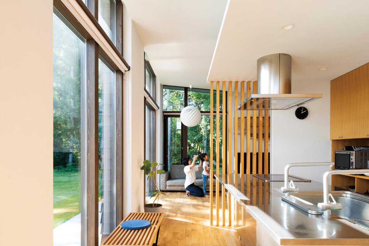 開放的なリビング・ダイニング・キッチン。芝生や森の景色と相まってまるで避暑地のような趣