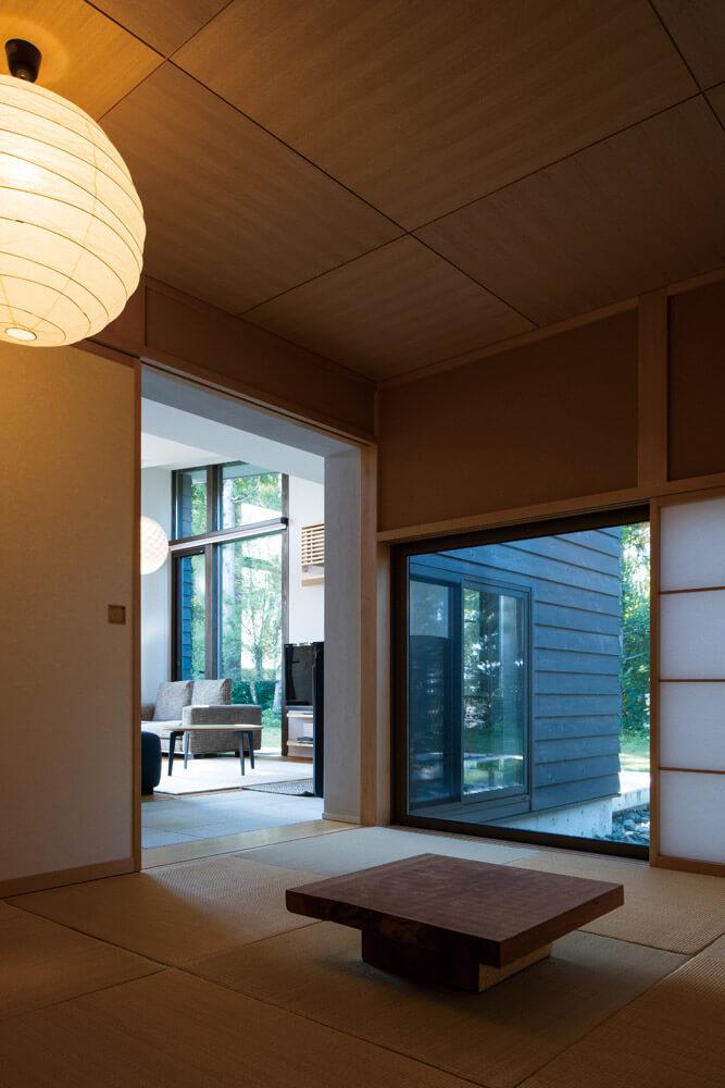 奥さんの希望で和室も設けた。和の趣に浸り森の静寂を眺めながら過ごす時間は格別