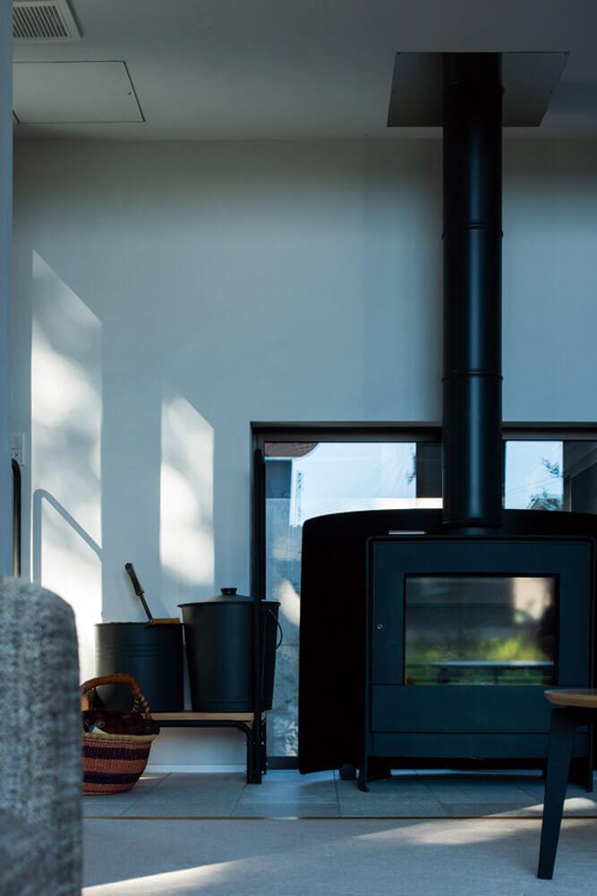 薪ストーブと、床のクオーツ部分に設置した床暖房で家中が暖かい