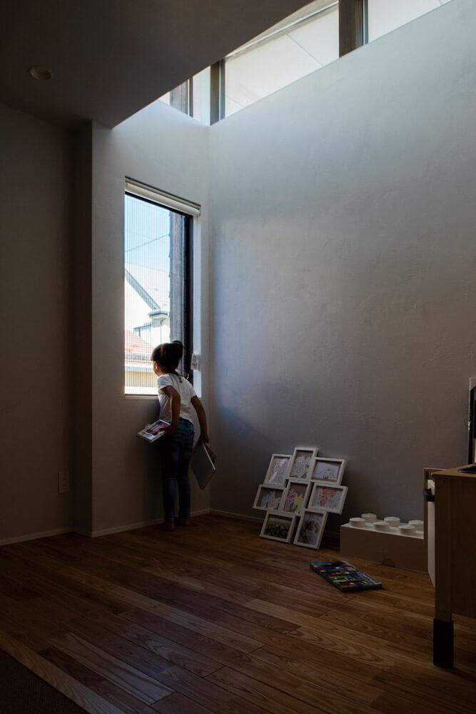 子ども部屋の東側にはハイサイドライトを設け採光を確保下