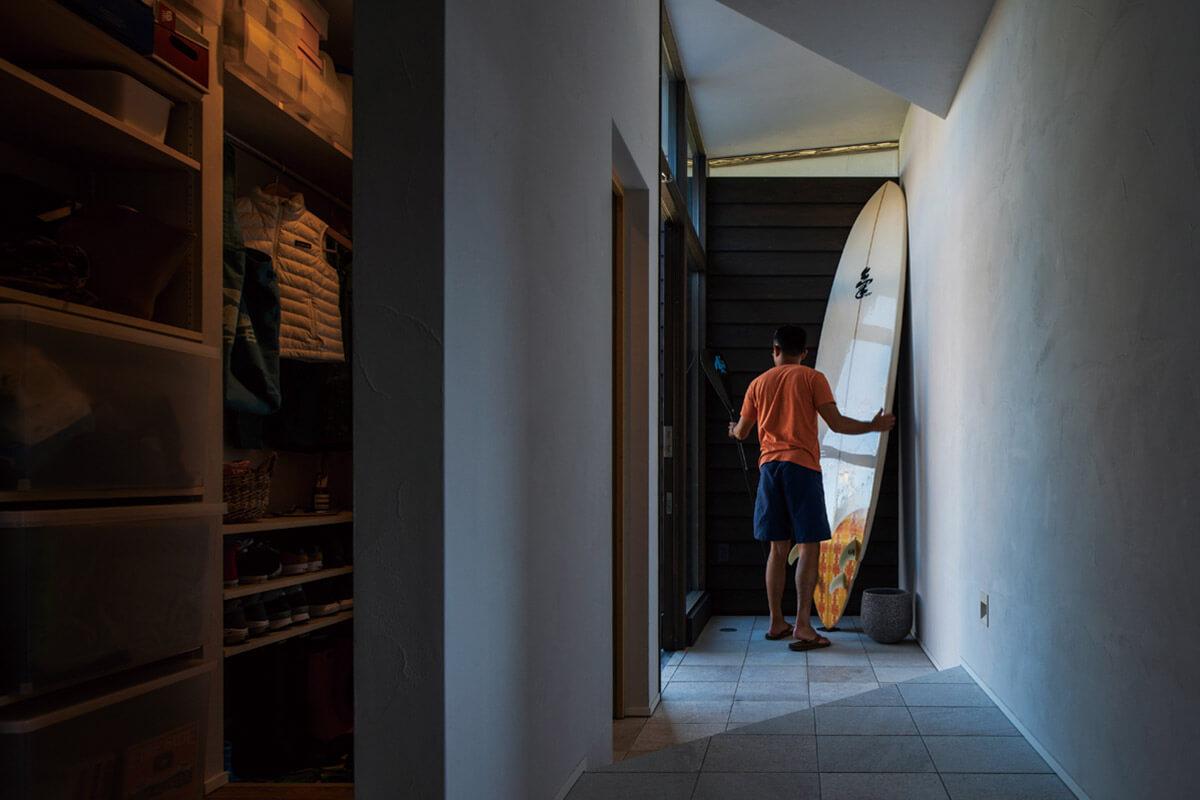 リビングの土間から玄関を見る。収納スペースをたっぷり設け靴や季節外アイテムもすっきりと