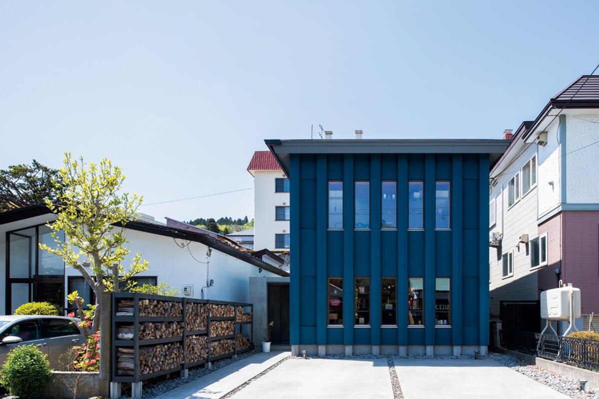 外壁のブルーはNさんのテーマカラー。店舗にも住宅にも見える外観にしたいというNさんご夫妻の希望を叶えたデザインになっている